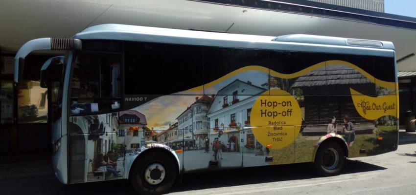 Tudi letos julija in avgusta lahko s turističnim avtobusom Hop-On Hop-Off odkrivate zanimivosti gorenjskega podeželja v družbi lokalnega prebivalstva. Vsak torek, sredo, četrtek in petek vas Hop-On Hop-Off avtobus z izhodiščem na Bledu zapelje po občinah Radovljica, Žirovnica in Tržič.