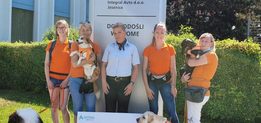 Vesna Ažman, sodelavka skupine Arriva Slovenija, je danes predstavnici društva Ambasadorji nasmeha predala ček z donacijo. Vesna je donacijo pridobila s sodelovanjem v pobudi Arrive, v kateri so zaposlene spodbujali, naj čim več časa preživijo na svežem zraku in poskrbijo za svoje dobro počutje.